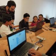 Una veintena de niños y jóvenes aprenden nociones básicas de robótica y programación