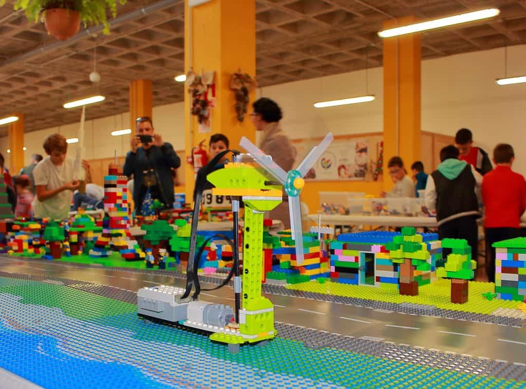 Un centenar de niños y adolescentes participaron en los talleres de robótica educativa para crear ciudades inteligentes